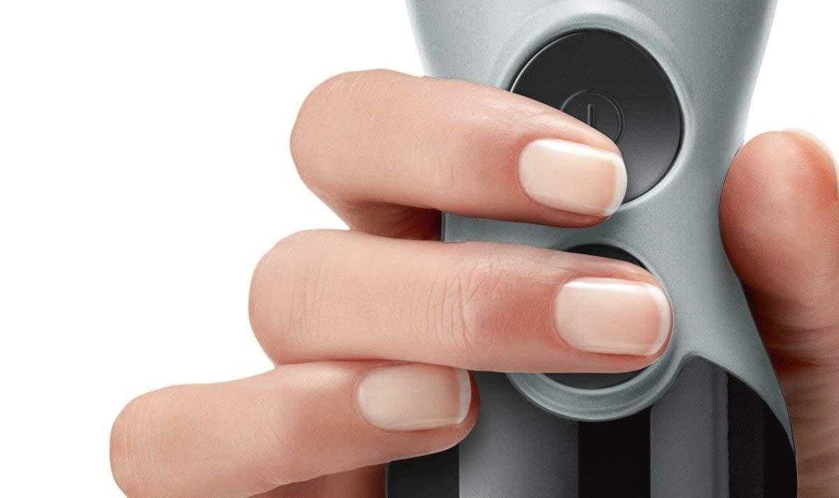 dedo apretando el botón de una batidora