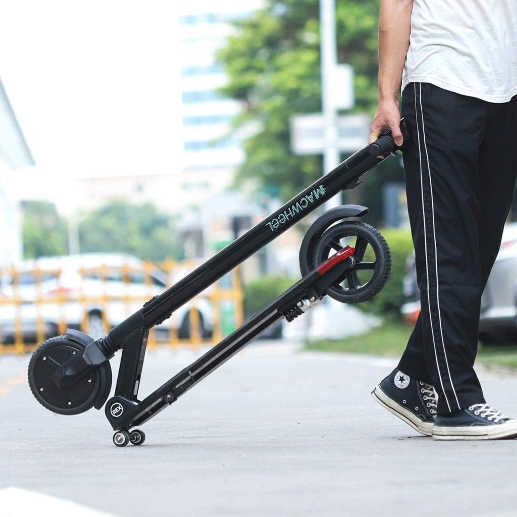 persona arrastrando el patinete electrico macwheel mx3