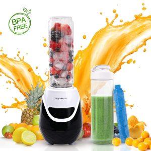 Batidora con fruta en su interior y un vaso a su lado